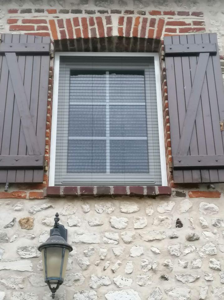 Pose d'une fenêtre bois en Seine-Maritime - Menuiseries extérieures AKI