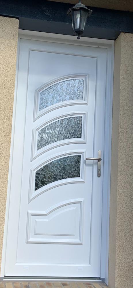 Pose d'une porte d'entrée en PVC blanc à Pont de L'arche (proximité Rouen)