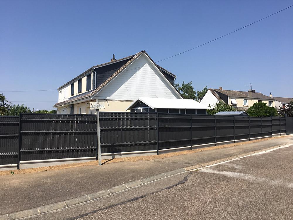 Pose d'une clôture sur muret avec lames brise vue