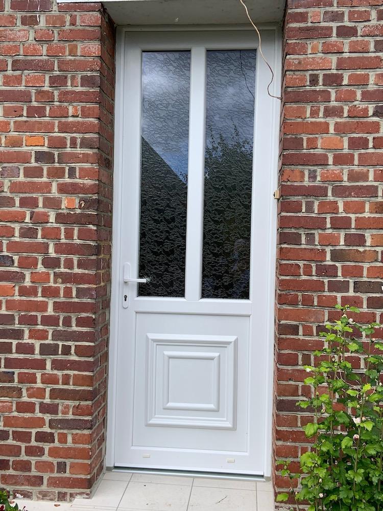 Pose d'une porte d'entrée en PVC blanc à OISSEL (proximité Rouen)