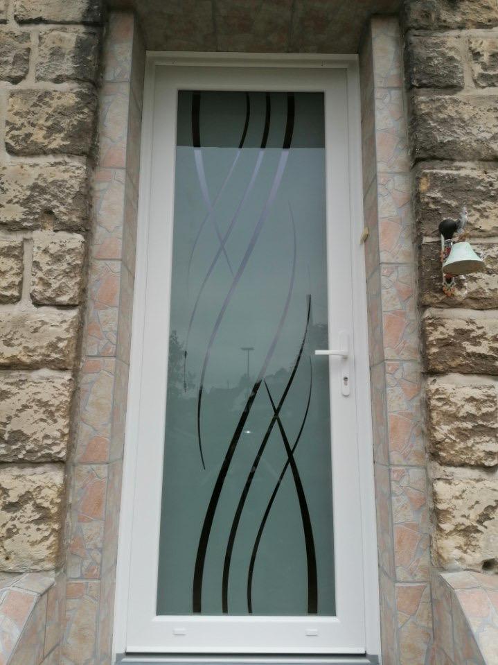 Fourniture et pose d'une porte d'entrée en PVC à Deville les Rouen